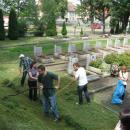 Młodzi Rosjanie pracowali na cmentarzu