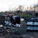 Szkodliwe śmieci na dzikim wysypisku